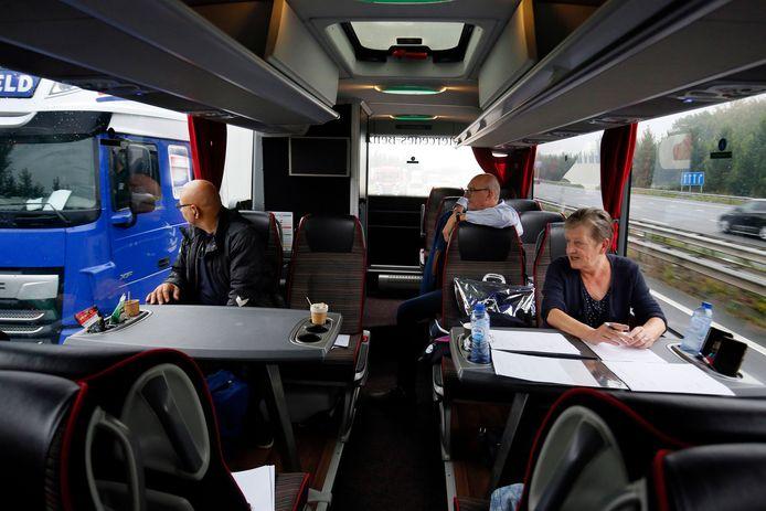 Een blik naar opzij terwijl de bus een vrachtwagen passeert. In dit geval is alles in orde, maar al snel zien de spotters truckers met hun telefoon in de hand.