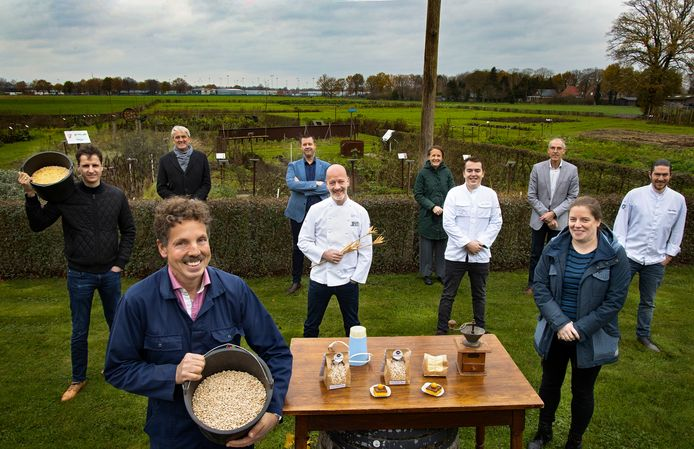Groenteboer Henk Kerkers (links) met chefkoks en mensen van koks-opleidingen.