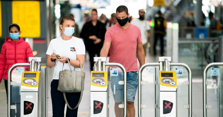 Reizigers met mondkapjes op het perron van Utrecht Centraal. Beeld ANP