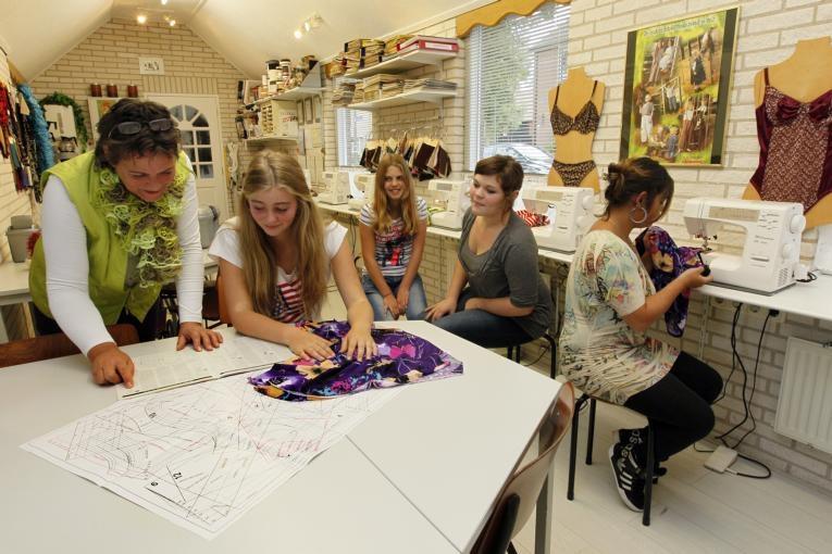 Ria Lankwarden met de naaicursisten van de tienergroep. foto Cees Baars