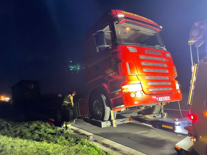 De trekker van de Waalse trucker moest weggetakeld worden.