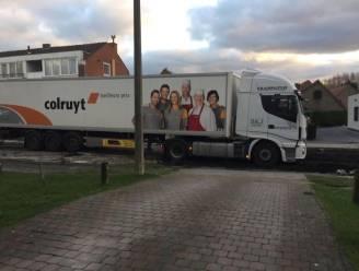 Vrachtwagen van Colruyt rijdt zich vast in wegenwerken