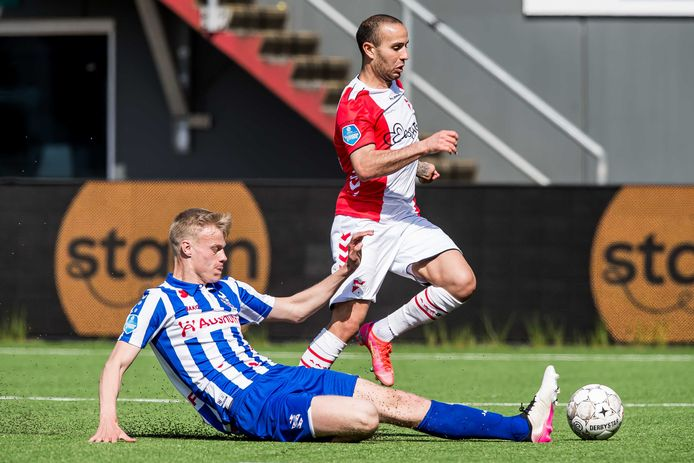 Jan Paul van Hecke glijdt de bal weg voor de voeten van Emmen-speler Kerim Frei.