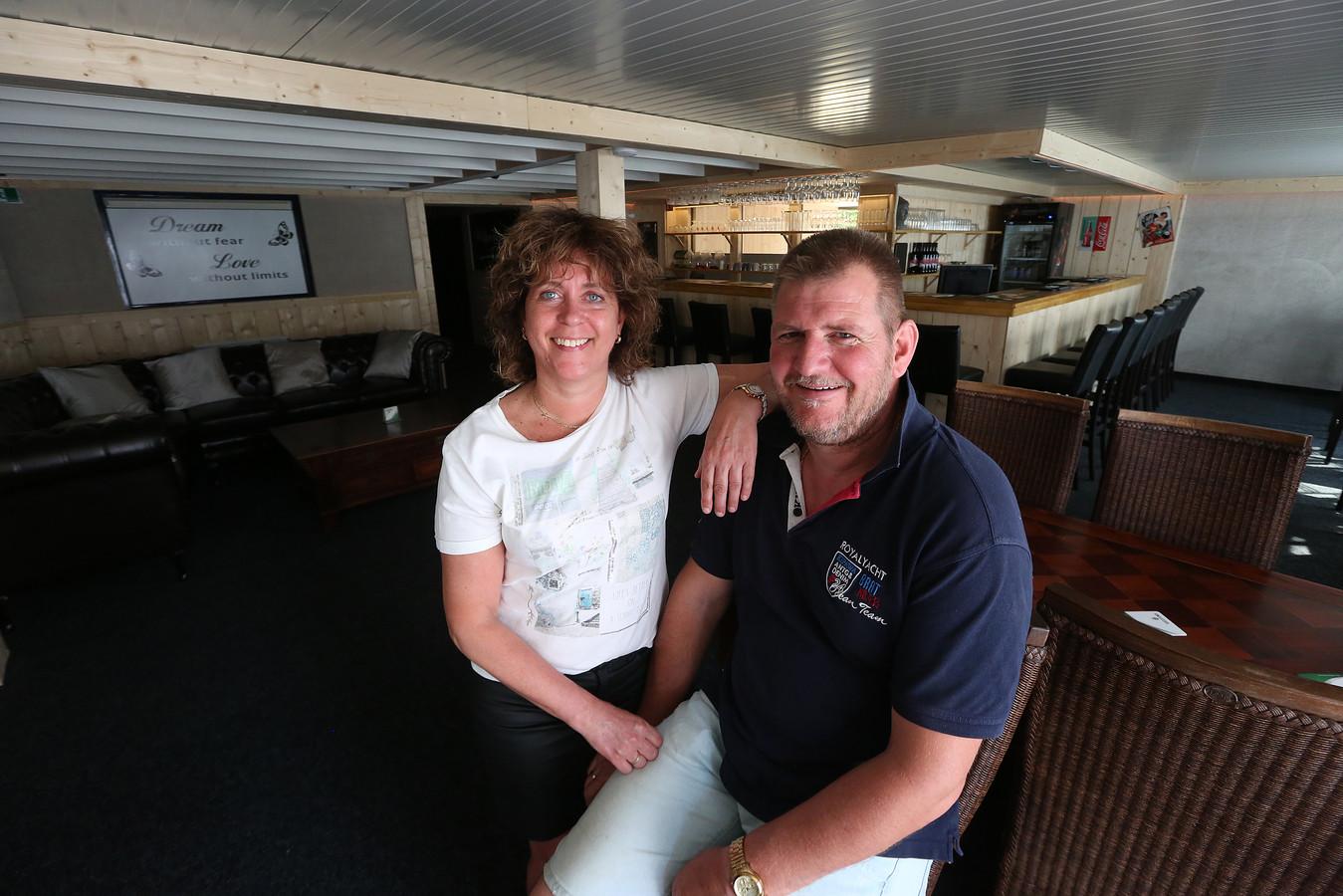 Tineke van Huis en haar partner Erik Immink kunnen vanaf vrijdagavond gasten ontvangen in hun parenclub.
