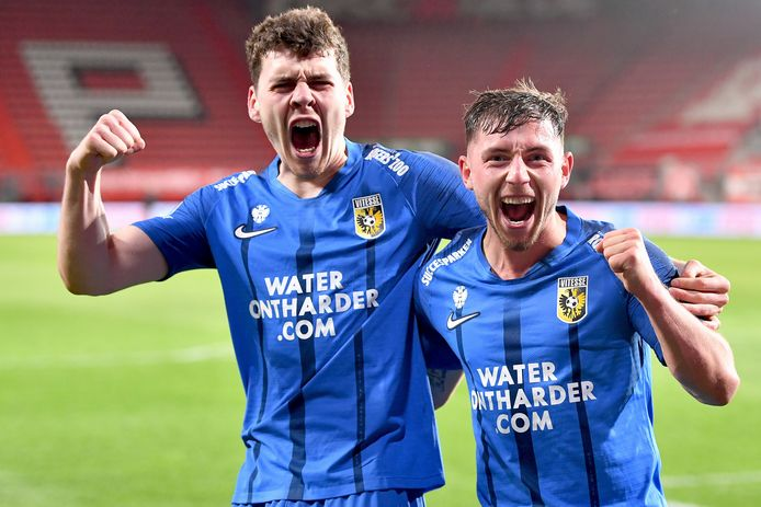 Vitesse staat voor strijdlust. Jacob Rasmussen en Maximilian Wittek vieren de winst bij FC Twente.