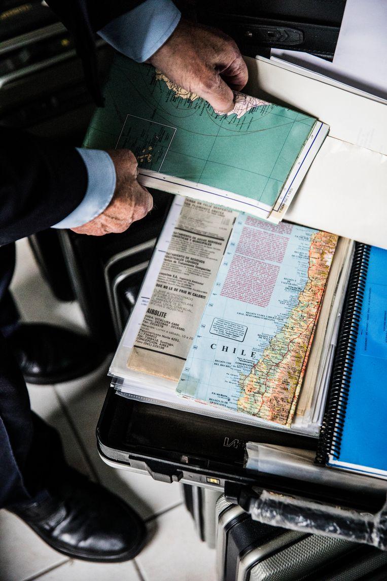 Ronald Waterman opent een van zijn 128 attachékoffers. Beeld Aurélie Geurts
