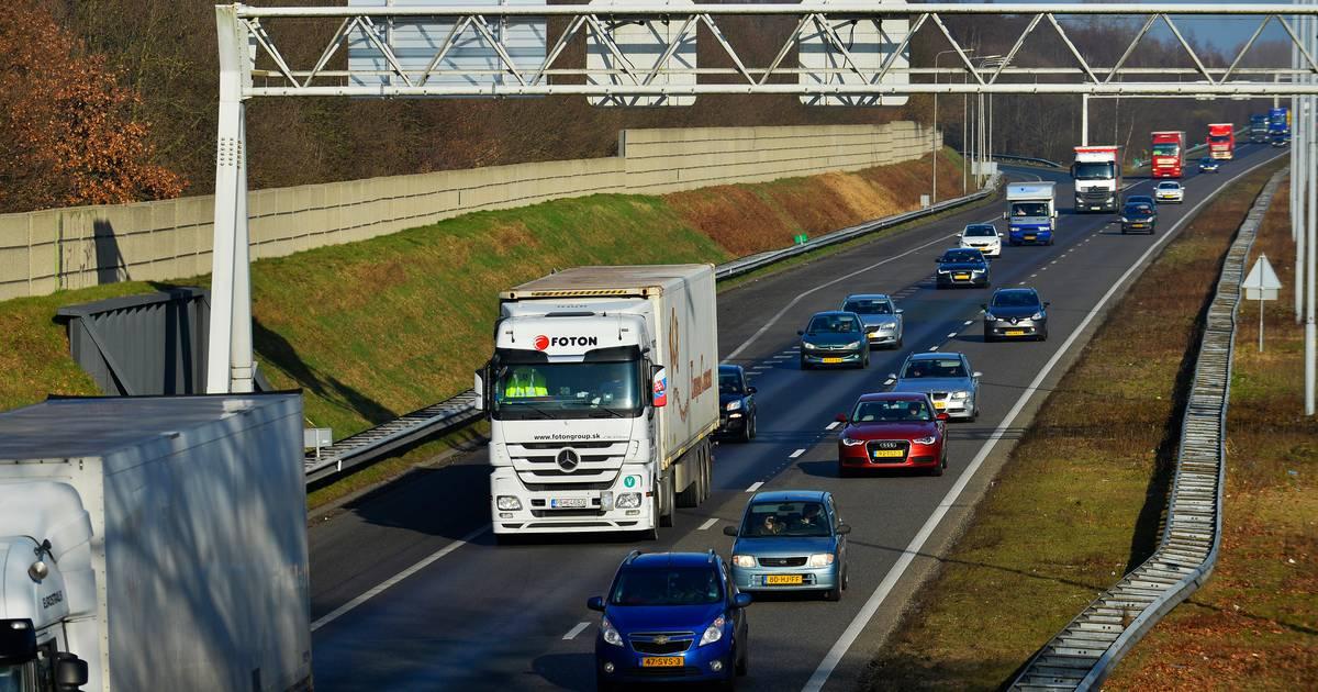 Twee rijstroken dicht op de A2 bij Den Bosch door een ongeluk, vertraging zon veertig minuten.