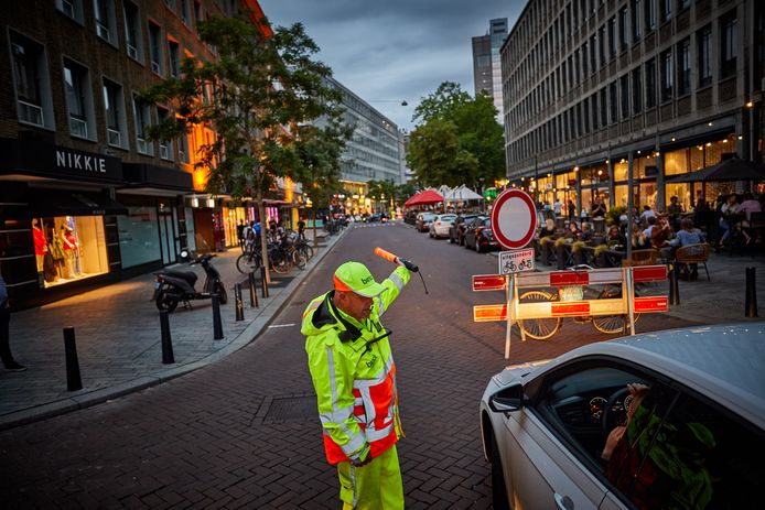 Vorig jaar zomer werd de Meent op stapavonden al afgesloten met behulp van hekken en verkeersregelaars, dit jaar wordt de straat opgeknipt op de Meentbrug, vlakbij Dudok.