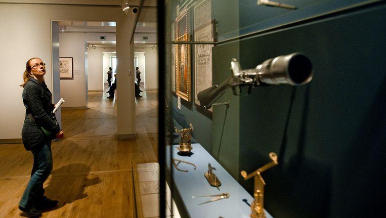 Een bezoeker bekijkt de tentoonstelling over Tsaar Peter de Grote in de Amsterdamse Hermitage. De collectie staat in het teken van de bijzondere relatie tussen Rusland, Nederland en Amsterdam en is voor het publiek te zien van 9 maart tot en met 13 september 2013. Beeld ANP