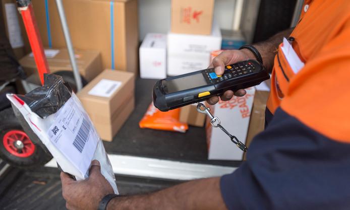 Foto ter illustratie.  Privépakketjes op je werk laten bezorgen mag niet van iedere werkgever.