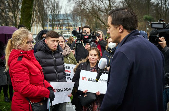 DEN HAAG - Demissionair premier Mark Rutte in gesprek met gedupeerde ouders van de toeslagenaffaire. De ouders zijn onterecht aangemerkt als fraudeur en moeten tienduizenden euro's kinderopvangtoeslag terugbetalen.