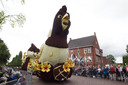 Lansink Bluiminck met 'Chocolade', een wagen die ook te ruiken was doordat de bloemen in chocolade gedrenkt waren.