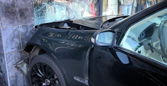 Een auto ramde zondagmiddag een winkelpand in Zwijndrecht.