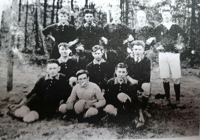 Voetbalclub KMD uit Putten, jaartal onbekend. Cornelis Lambertus van Leeuwen, bovenste rij, geheel links. Johannes Jacobus Rietbergen zit op de onderste rij, geheel links.