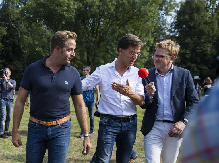 Minister Hugo de Jonge (l) en premier Rutte tijdens de heisessie vorig jaar. Niet te formeel, luidt steevast het door de premier uitgevaardigde kledingvoorschrift.  Beeld ANP