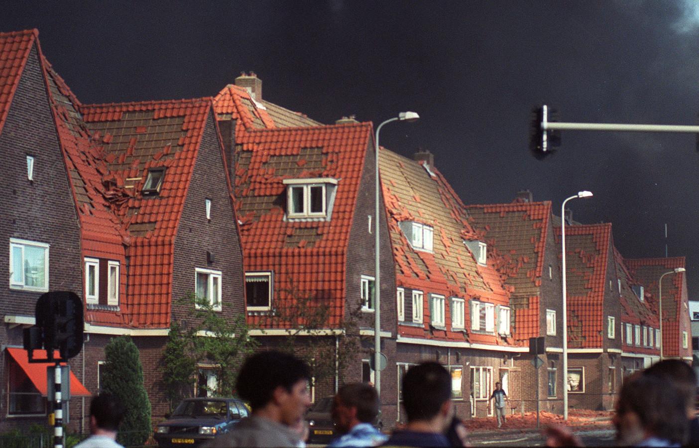 De Deurningerstraat op de hoek met de Boddenkampsingel in Enschede op de dag van de vuurwerkramp.