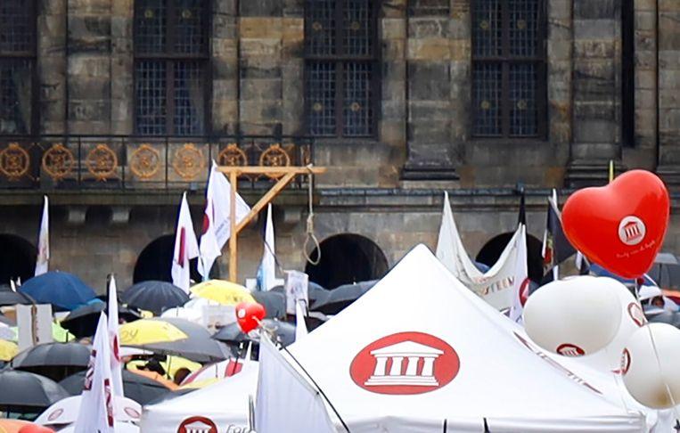 Bij een demonstratie tegen coronamaatregelen zondag nam iemand een galg mee. Een twitteraar uitte bij een foto een bedreiging aan het adres van minister Hugo de Jonge.  Beeld GinoPress B.V.