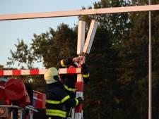 Weer ramt vrachtwagenchauffeur waarschuwingsbalk bij viaduct Waalwijk