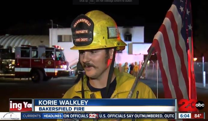 Een brandweerman uit Bakersfield, Californië, vertelt trots waarom hij de vlag redde.