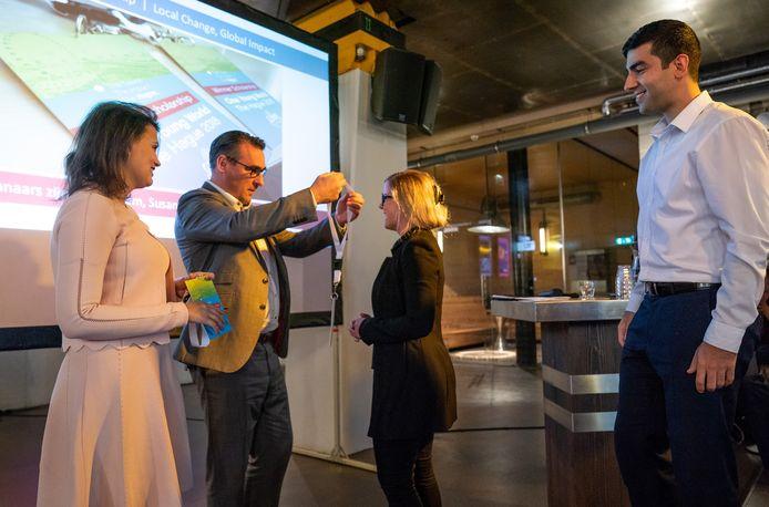 One Young World conferentie  Managing Director van One Young World Ella Robertson, wethouder Richard de Mos,winnaar The Hague Scholarship Susanne Baars, winnaar The Hague Scholarship Ali Hashem.