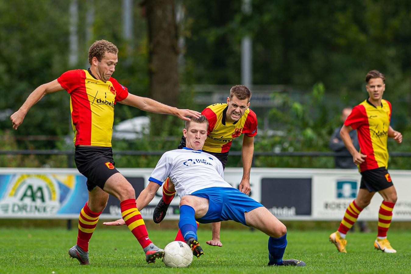 Jeroen Kamphuis (l) en Chiel Pasman maakten allebei een doelpunt, waardoor ASC'62 en SV Dalfsen eindigden op 1-1.