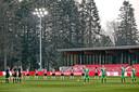 Een minuut stilte voor de overleden PSV-icoon Willy van der Kuijlen.