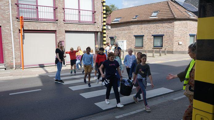 Vooral de oversteekplaats in de Brugstraat wordt als bijzonder gevaarlijk ervaren.