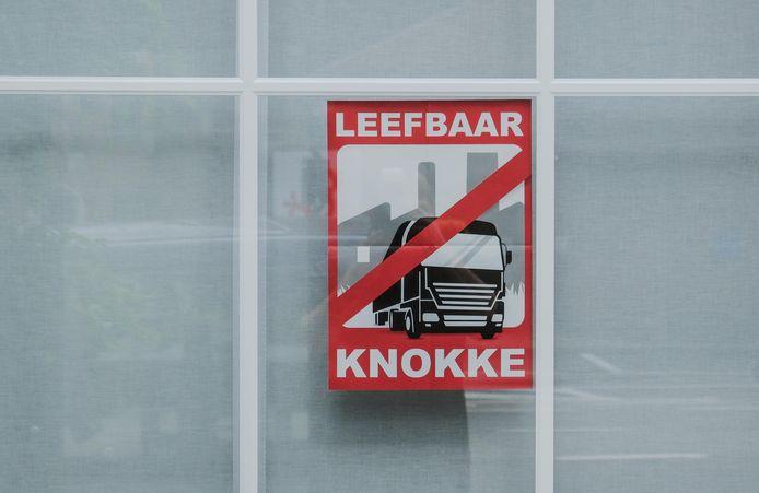 Er hangen ook affiches uit, aan vensters van huizen.