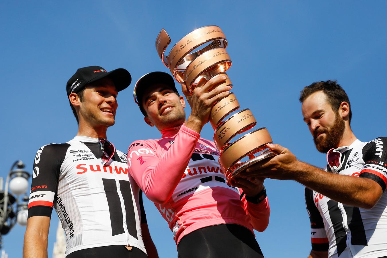 Tom Dumoulin viert zijn overwinning in de Giro in 2017 met Georg Preidler(l) en Simon Geschke.