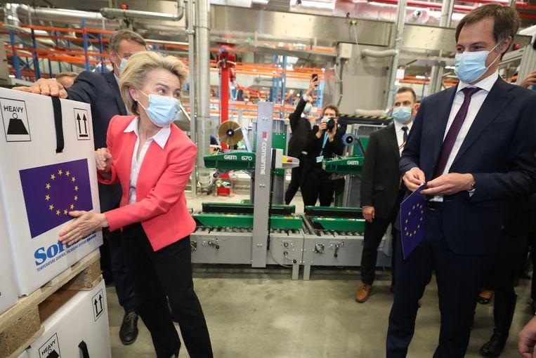 Ursula von der Leyen (links), voorzitter van de Europese Commissie, tijdens een bezoek aan een fabriek van BioNTech/Pfizer, fabrikant van een van de vier voor de EU goedgekeurde vaccins. Beeld BELGA