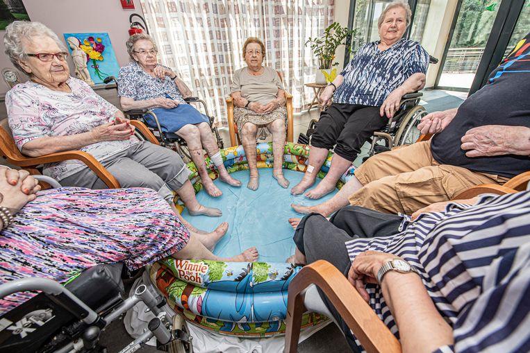 Het voetbadje had veel succes bij de bejaarden.