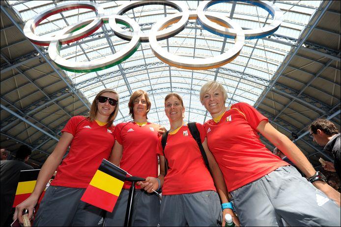 Poseren met andere Belgische olympiërs: vlnr. Jolien D'hoore, Maaike Polspoel, Ludivine Henrion en Liesbet De Vocht.
