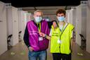 Jozef Hens  en Niel Daniels een van de oudste en een van de jongste vrijwilligers in het vaccinatiecentrum in Antwerpen.