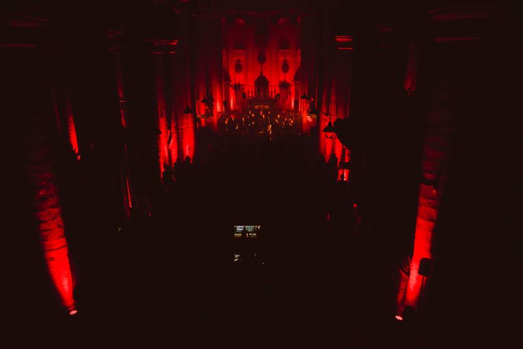 Dankzij het rode en blauwe licht, lijkt de binnenkant van deze kerk eerder een gewichtloze 3D-projectie  Beeld Francis Vanhee