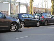 Bestuurder ramt meerdere geparkeerde auto's op Loosduinsekade