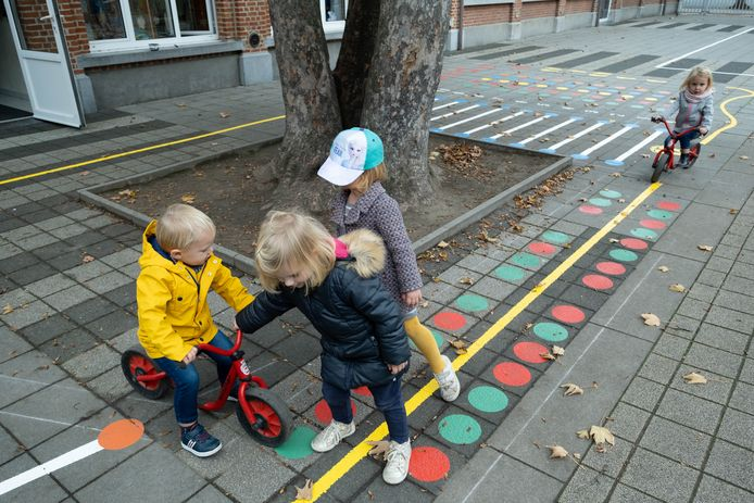 De kleuterschool van Liezele kreeg een beschilderde speelplaats