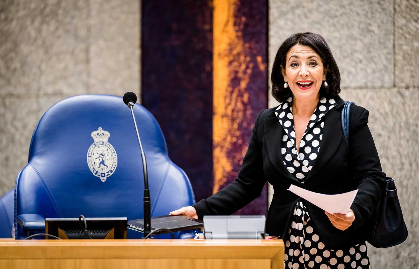 Kamervoorzitter Khadija Arib tijdens het wekelijkse vragenuur in de Tweede Kamer; ze is in principe de eerst aangewezene om Asscher op te volgen.