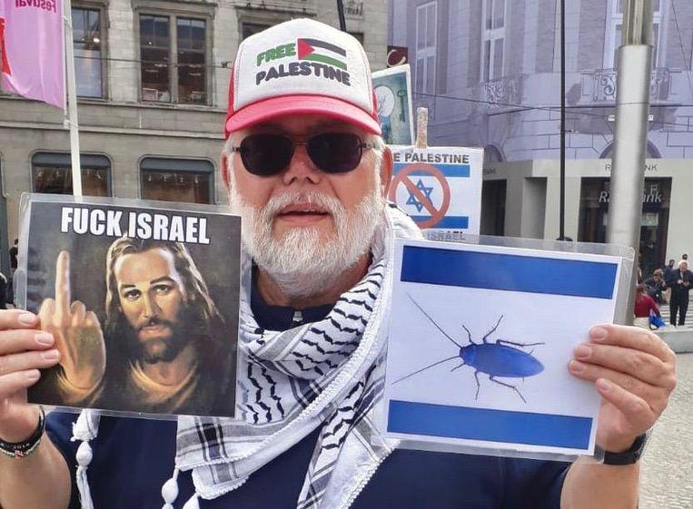 Robert-Willem van N. protesteert al jaren in zijn scootmobiel op de Dam.  Beeld Michaël Jacobs