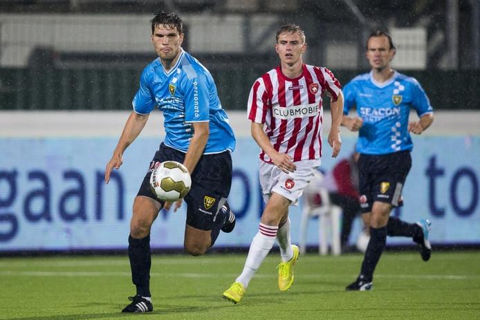 Pim Balkestein (links) in het shirt van VVV-Venlo in duel met Dennis Janssen van FC Oss.