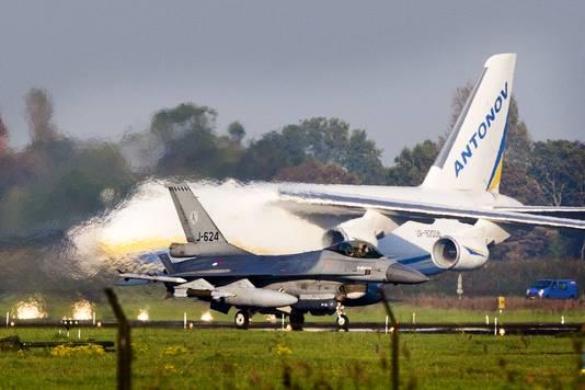 Een groot Antonov vrachttoestel wordt beladen op de luchtmachtbasis Leeuwarden, terwijl een Nederlandse F-16 zojuist geland is. Vanuit Leeuwarden vertrekken gevechtsvliegtuigen, vrachttoestellen en militairen die deelnemen aan de missie tegen Islamitische Staat (IS) in Irak.