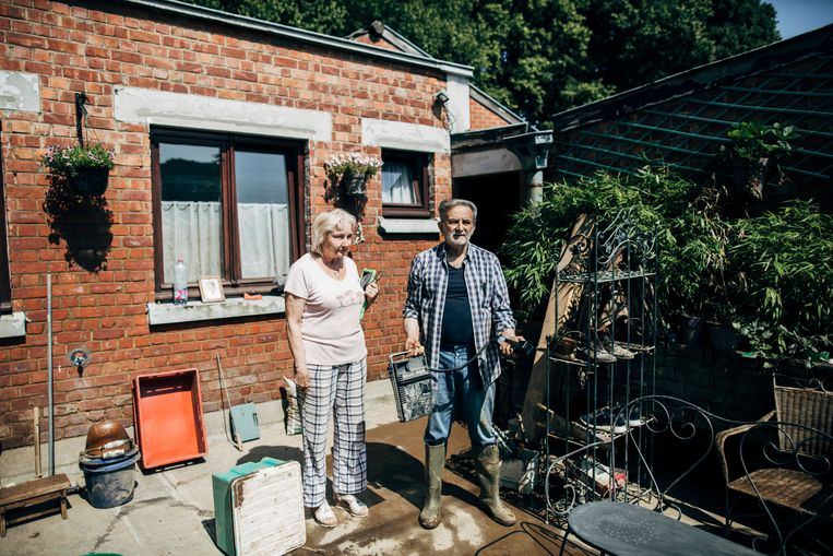 Louise en Jacky, Angleur: 'Het water trekt nu weg, pas daarna gaan we zien wat voor een land België is: gaan we elkaar helpen?' Beeld Anton Coene