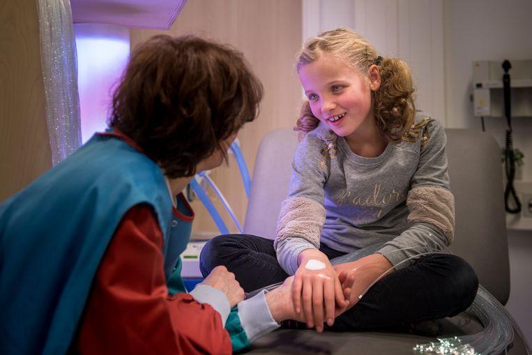 Verpleegkundigen praten met de kinderen, een verdovende zalf verlicht de pijn, speeltjes zorgen voor afleiding en hup, dat nare onderzoek is alweer afgelopen. Beeld Linelle Deunk