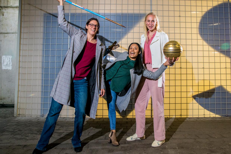 Tia Hellebaut (links), de Sportvrouw van 2008, en ex-olympiër Aagje Vanwalleghem (midden) zetten Nina Derwael op één. Voor Ann Wauters mag Emma Meesseman winnen. Beeld Jan De Meuleneir/Photo News