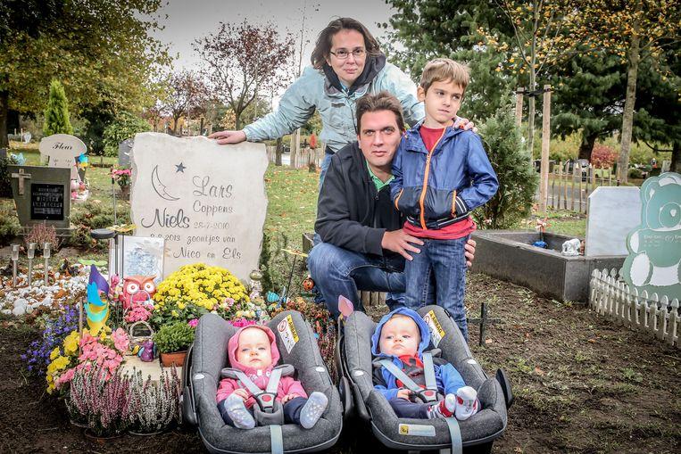 Twee Maxi-Cosi's bij een graf, je ziet het niet vaak. Het gezin Coppens bezoekt de sterrenkindjes vaak, en ook thuis zijn ze nog erg aanwezig.