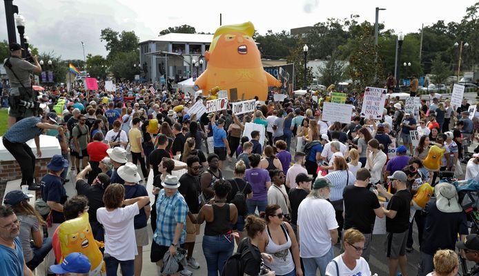Een opblaasbare 'Baby Trump' tijdens het protest tegen de Amerikaanse president in Orlando, Florida.