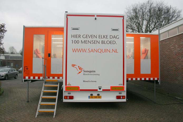 De uitgeklapte trailer van Sanquin, de bloedbank op wielen.