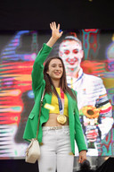 Nina Derwael met haar gouden medaille rond de nek.