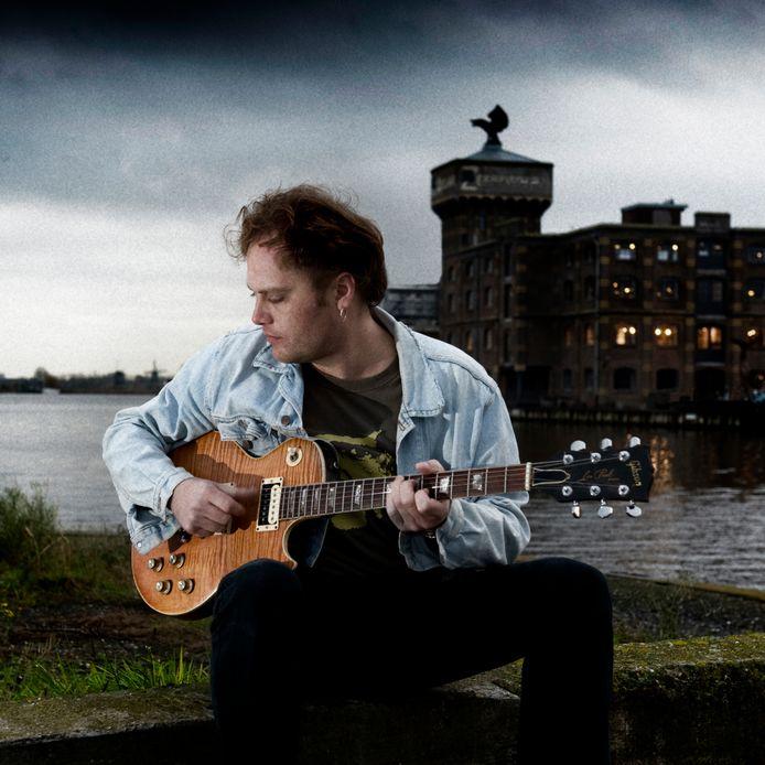 Ruben Hoeke begon onlangs een actie waarbij hij gitaren weggaf aan kinderen met allerlei problemen.