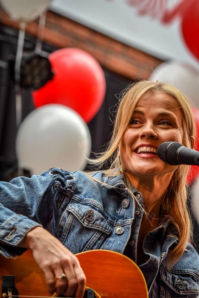 Ilse de Lange treedt op bij de MediaMarkt in Alphen.