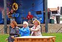 Brassband Sixpack uit Zuidzande krijgt een mini-polonaise op gang. Organisator Gijs Kamphuis speelt zelf ook mee, op drums.